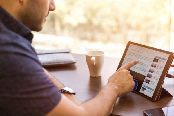Un gars naviguant sur le net à l'aide d'un iPad.